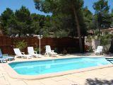 la piscine non partagée et ses fauteuils bain de soleil